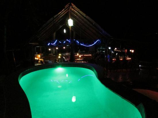 La Colina Steak House : Vista de La piscina y el Restaurante.