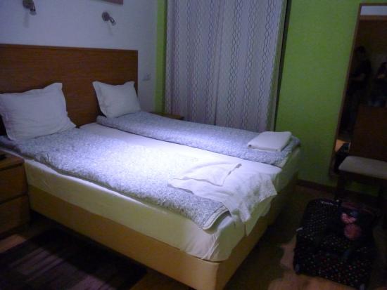 """Baixa Guesthouse : le lit """"double"""" (deux matelas distincts)"""