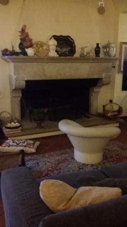 B&B Nottedi : Fireplace in living room
