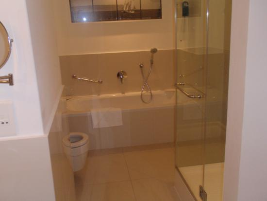 Radisson Blu Hotel Waterfront, Cape Town: Bathtubs with hot water a real blessing