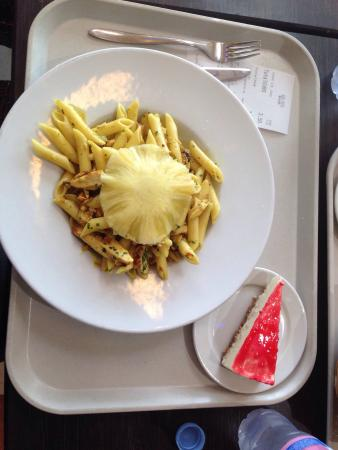 Нейдан, Франция: Pâtes poulet/ananas et cheesecake Bol de salade