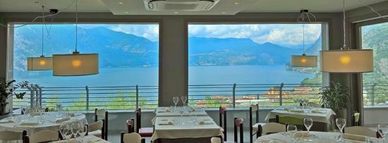 Marone, อิตาลี: Sala interna con vetrate vista lago