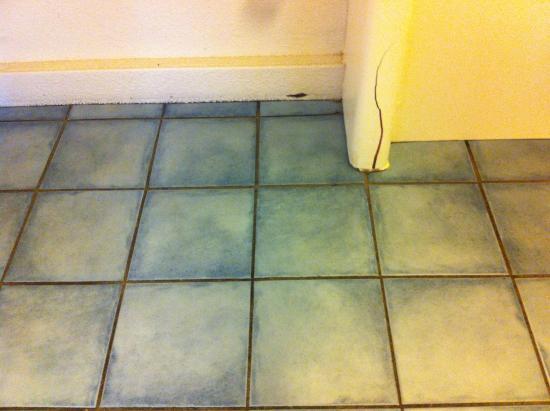 Campanile Evreux : sol de la salle de bains