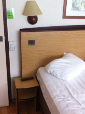 Campanile Evreux : mobilier de la chambre, pas de photo des chaises, mais dossiers déboités