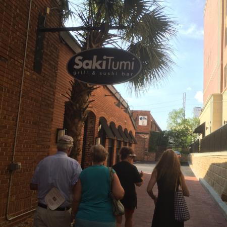 Saki Tumi Grill & Sushi Bar: Main entrance from alley