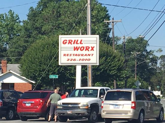 Graham, NC: Nothing much to look at on the outside or inside in the way of decor, but DELICIOUS FOOD & frien