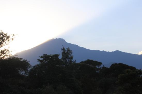 Ngurdoto Lodge : Zonsondergang achter Mount Meru