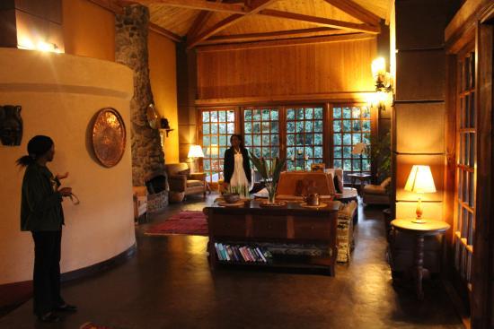 Ngurdoto Lodge: Lekkere plek in het hoofdgebouw om even te verpozen