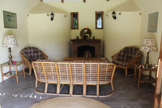Ngurdoto Lodge: Naast de kamer was deze leuke plek om te relaxen