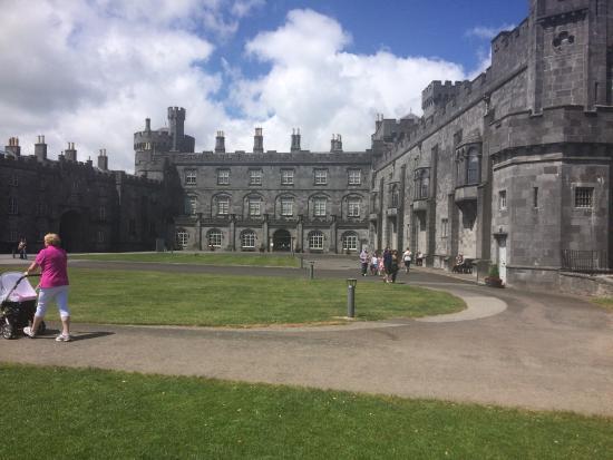 Tijdens ins bezoek aan Kilkenny ook het kasteel bezocht. Heel mooi. Vooral het park is de moeite