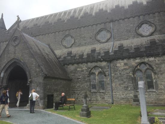 Kilkenny, Irlanda: In verband met de zondagsmis, was de kathedraal gesloten. De begraafplaats er om heen bezocht.