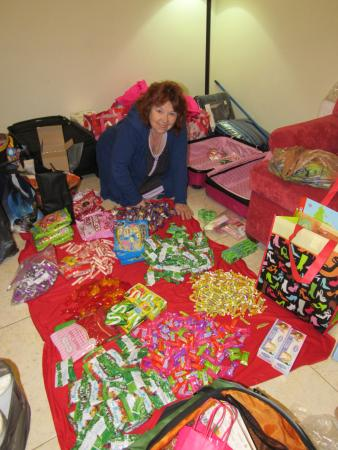 Del Marques Hotel & Suites: Plenty of Floor Space for sorting candy!