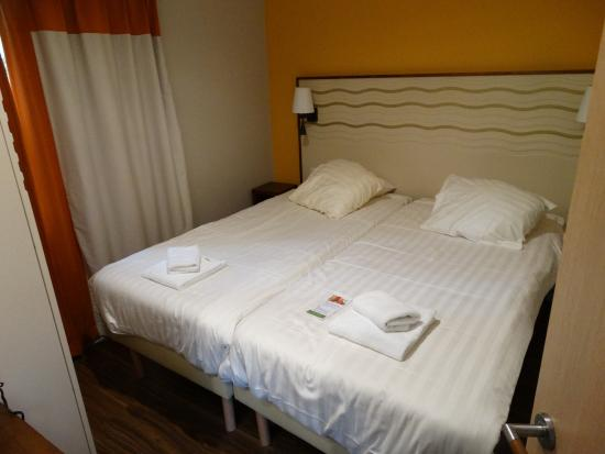 Badkamer 4 met regendouche nr 7 in overzichtsfoto picture of