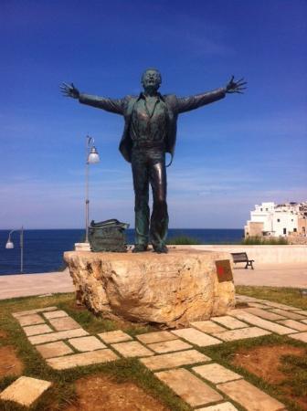 Risultati immagini per statua domenico modugno polignano a mare