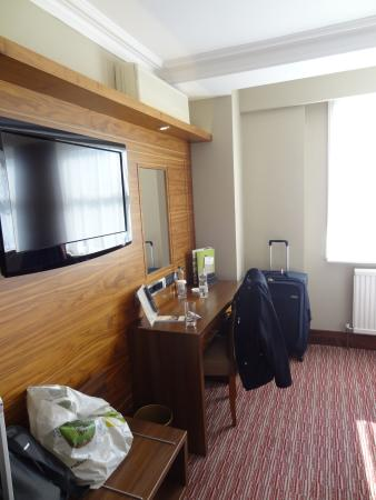 DoubleTree by Hilton Hotel London - Kensington: Desk and TV
