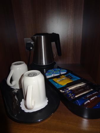 DoubleTree by Hilton Hotel London - Kensington: Tea and coffee facilities