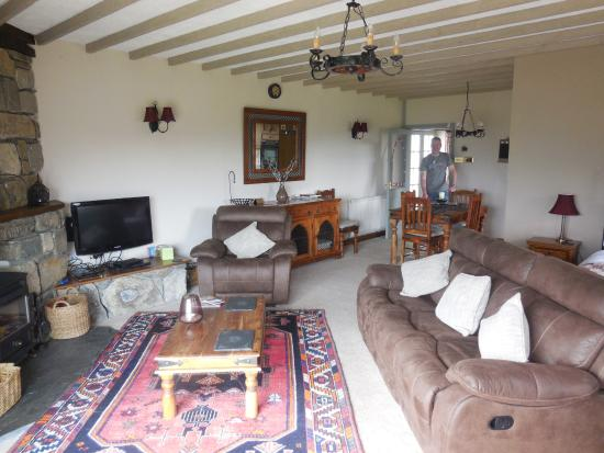 Gellilydan, UK: Fantastic room with open plan kitchen to the right, dining area and second double bed.