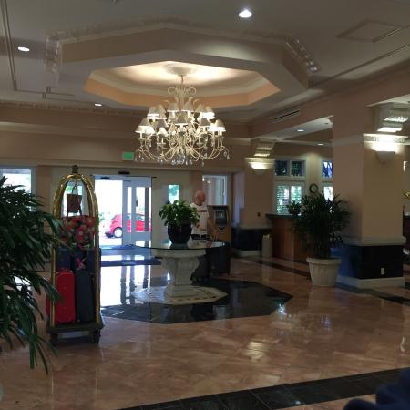 Embassy Suites by Hilton Hotel San Rafael - Marin County / Conference Center: Libby and atrium