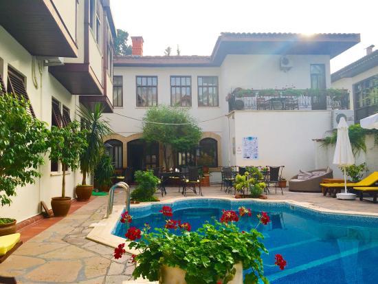 Hotel Aspen: Der Pool liegt im Innenhof des Hotels und es ist die daher sehr ruhig.