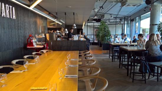 Restauracja Ma 3 Dlugie Stoly I Jedna Oddzielna Sale Z Czwartym