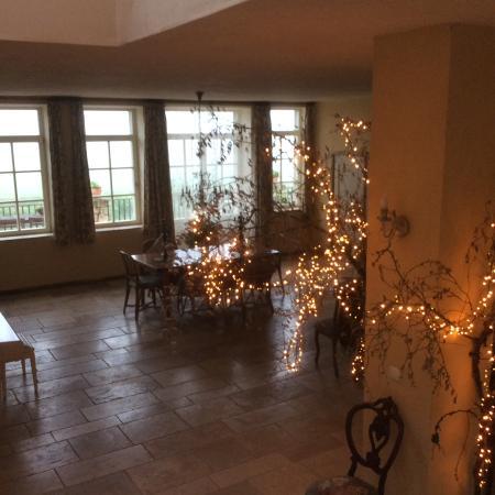 Chaume-les-Baigneux, Francia: Grande salle pour petit déjeuner avec grande terrasse et vue sur les champs