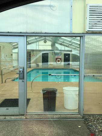 Clarion Inn Surfrider Resort: pool building