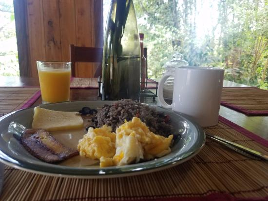 Cabinas Capulin: Typical breakfast by the hummingbirds