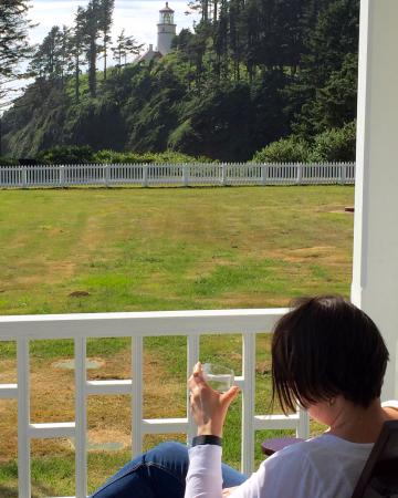 Heceta Head Lighthouse Bed and Breakfast: Relaxing porch to read, have a drink or take in the wonderful sights and sounds