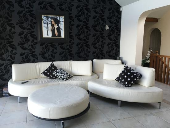 Ayrs & Graces: Guest sitting area