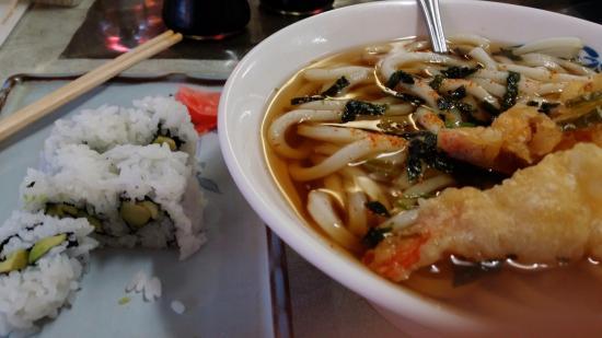 Kyoto Kafe: 11불 짜리 special: 튀김 얹은 우동과 아보카도 초밥