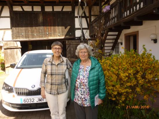Blaesheim, Frankrike: Mi esposa con la propietaria, al fondo el viejo galpón, a la derecha la puerta de nuestra habita
