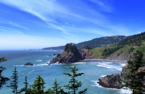 Brookings, Oregón: view from arch rock viewpoint, milepost 344.8