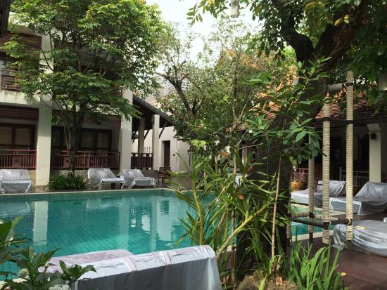 The Rim Resort: 我們房間在泳池邊, 可以直接爬出去