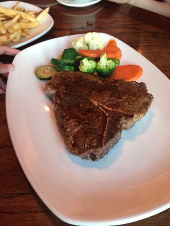 Outback Steakhouse: ボリューム満点のステーキメニューに加えてサイドメニューもとても充実しています。スタッフサービスも良好で安心しして食事を楽しめます!アメリカンサイズのボリュームなので家族、友人、カップルとシェア