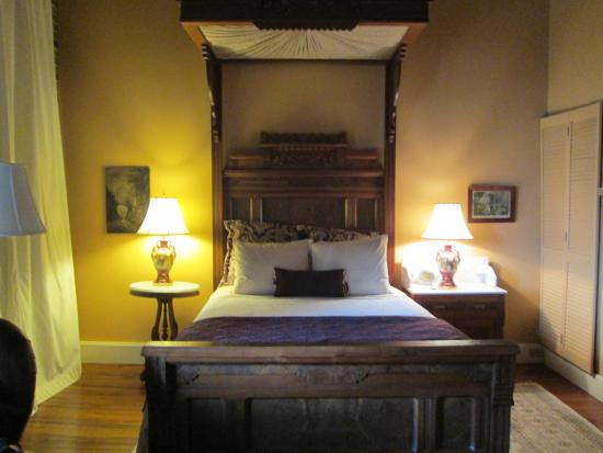 Ant Street Inn: bed in the Louisville room with canopy