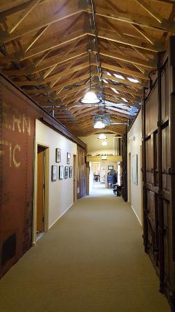 Northern Rail Traincar Inn: Looking down the hallway