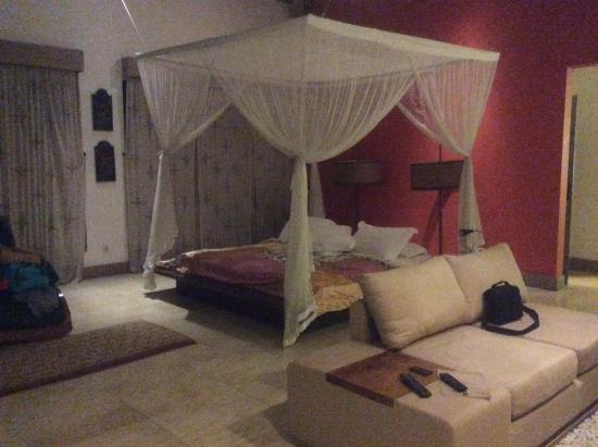 Pandawas Villas: Huge king bed