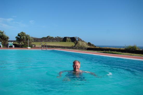 Agua de Pau, Portugal: Ruim zwembad aan de zee.