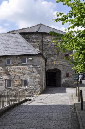 Old Mill Holiday Hostel: From under the arch leading to the front of the hostel