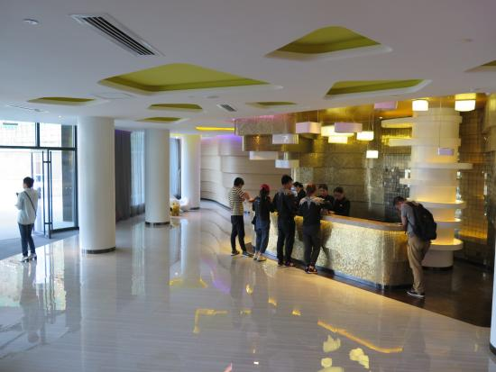 Orange Hotel Select Qingdao Wusi Square: Hotel lobby