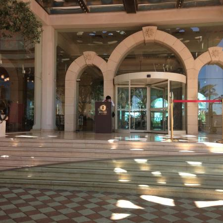 """Herods Vitalis Spa Hotel Eilat : COMPARE THIS ENTRANCE """"THE HERODS PALACE ENTRANCE"""" WITH THE VITALIS"""