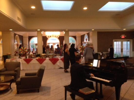 Ethan Allen Hotel: buffet table and fantastic piano accompaniement