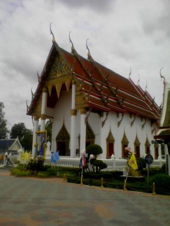 Phichit, Thailand: 本尊を納める本堂自体は最近建てられたものの様子。スポットライトをかざす様ハヌマーン像が印象的だ。