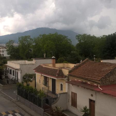 Hotel Il Giardino Degli Aranci : il Monte Somma con i nuvoloni neri :-)