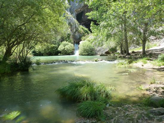 Hotel Cueva del Gato: Jezírka pod vstupem do jeskyně