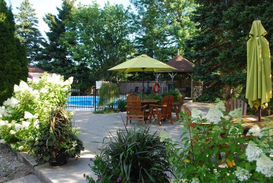 As You Like It Motel: Back gazebo, picnic tables/umbrella and pool.