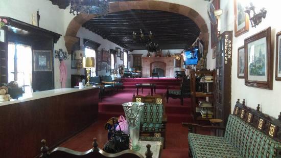 Hotel Posada de las Monjas: Recepción vista desde la entrada de la misma. Ahí esta la TV y sillones para verla.