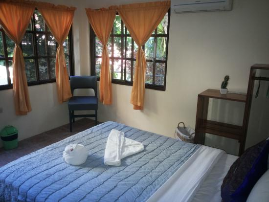 Hotel La Colina: Jungle view room with one queen size bed.