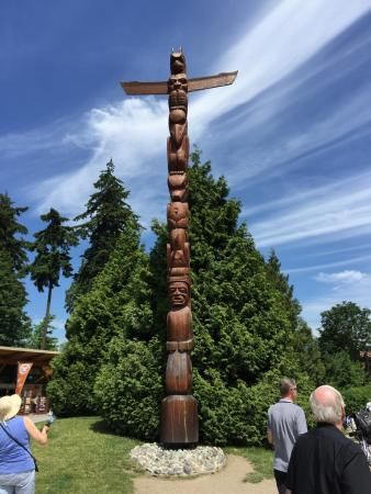 Fun City Sightseeing Hop On Hop Off: totem pole in Stanley park; one of many