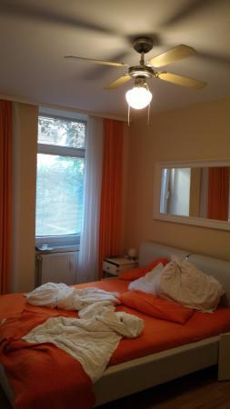 City Guesthouse Pension Berlin: Stanza con un letto matrimoniale e un letto a castello